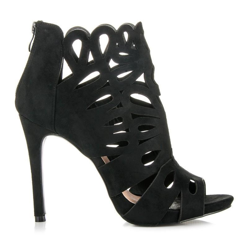 čierne dierkované sandálky