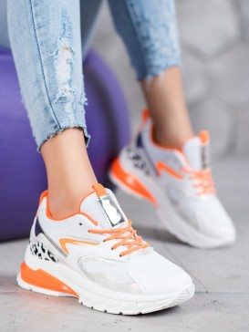 Sneakersy s oranžovými doplnkami
