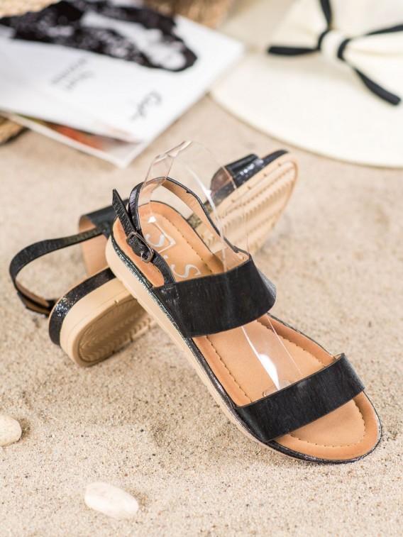 Lesklé čierne sandále