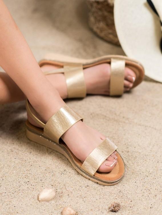 Lesklé zlaté sandále