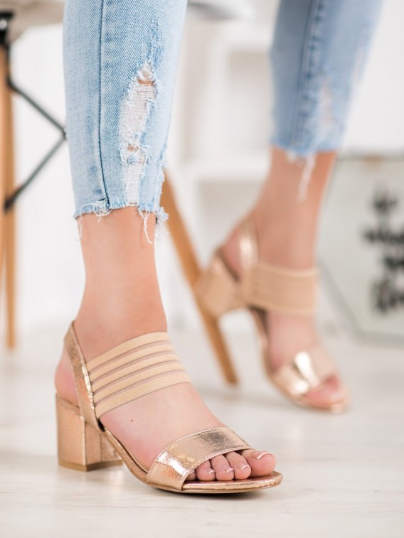 Lesklé nazúvacie sandálky