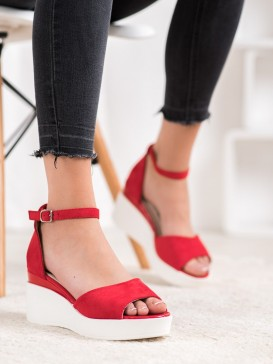 Semišové sandálky na bielom kline
