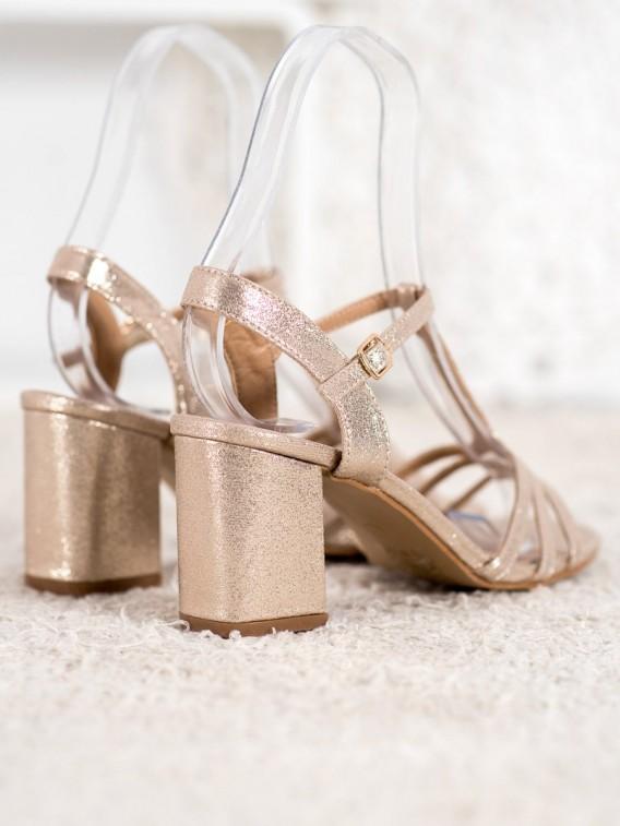 Ľahké sandálky na stĺpci