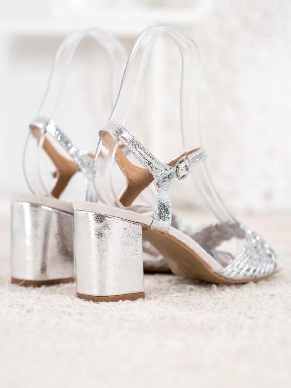 Lesklé sandálky