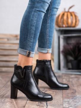 Čierne topánky na stĺpci