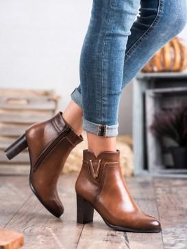 Hnedé topánky na stĺpci