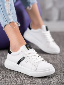 Sneakersy s čiernymi detailami