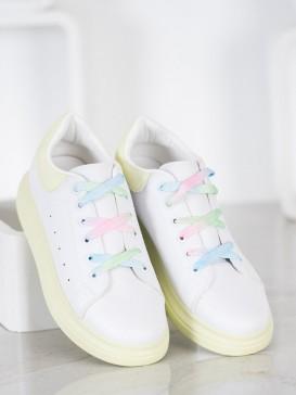 Sneakersy s farebnými šnúrkami