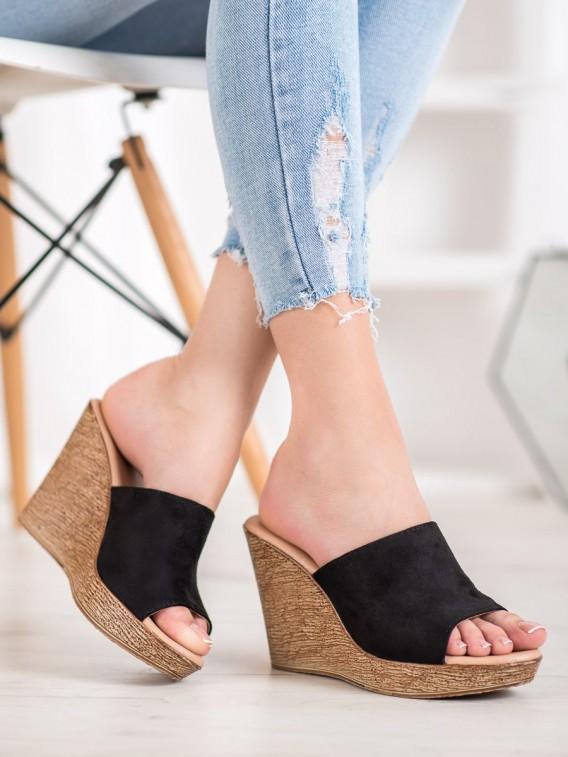 Ľahké semišové sandálky