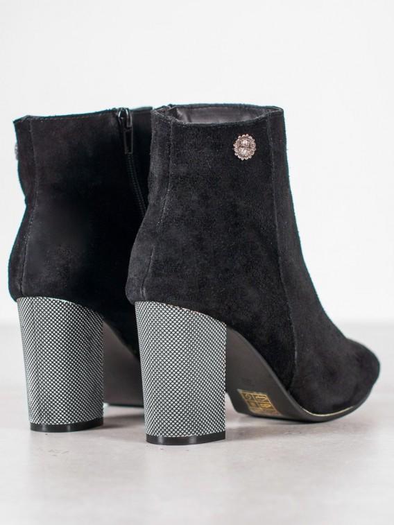 Kožené topánky na stĺpci