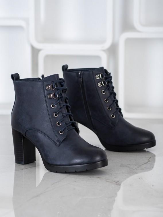 Viazané členkové topánky na stĺpci