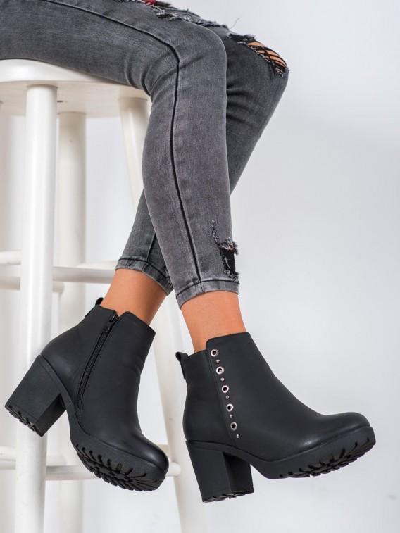 Čierne členové topánky s ozdobou