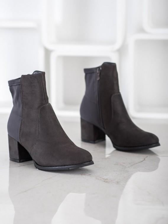 Vyššie čierne členkové topánky