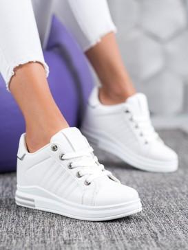 Biele sneakersy na kline