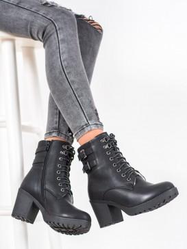 Topánky viazané na členkoch na platforme
