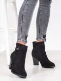 Čierne členkové topánky s ozdobným pásom