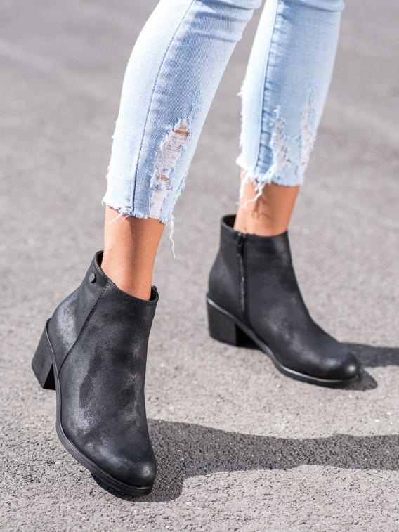 Neformálne čierne členkové topánky