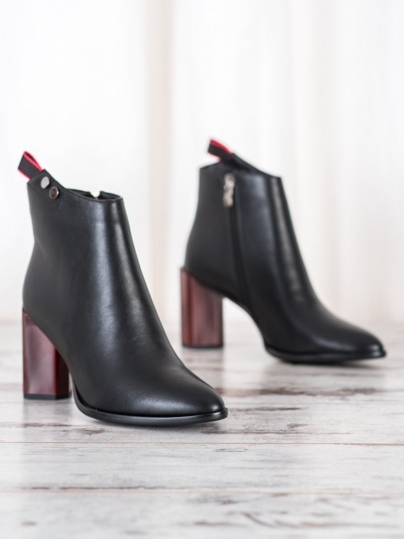 Členkové topánky na zdobenom stĺpci