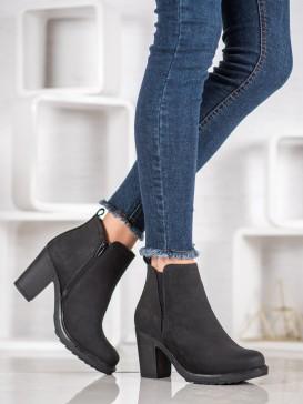 Textilné členkové topánky na stĺpci