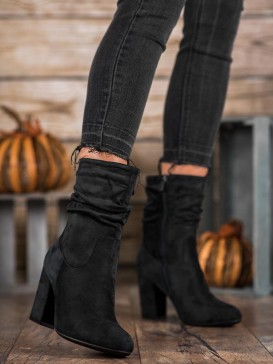 Vysoké členkové topánky na stĺpci