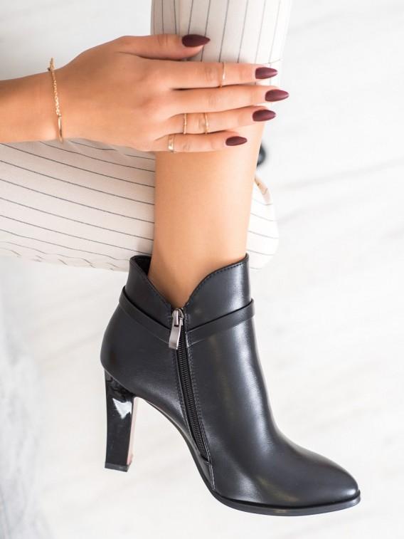 Členkové topánky s červenou podrážkou