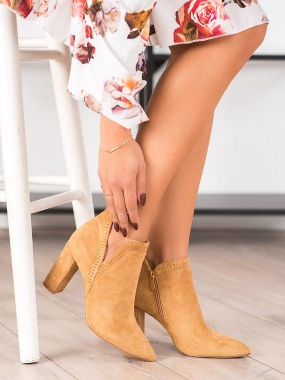 Štýlové členkové topánky na stĺpci