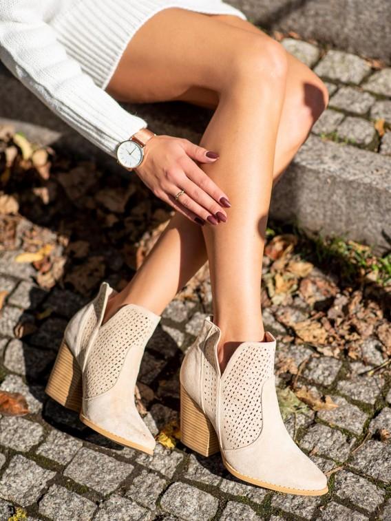 Dierkované topánky na stĺpci