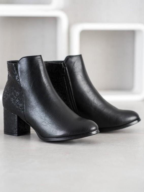 Čierne členkové topánky so vzorom
