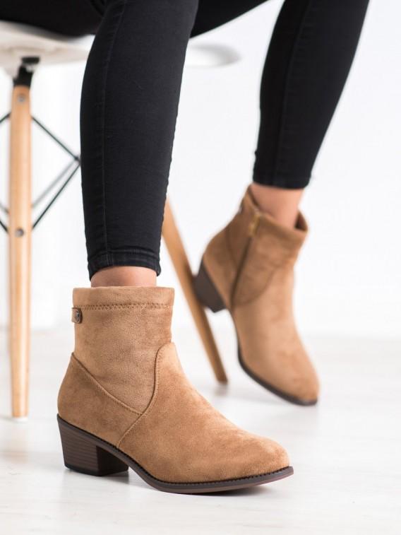 Neformálne členkové topánky na stĺpci