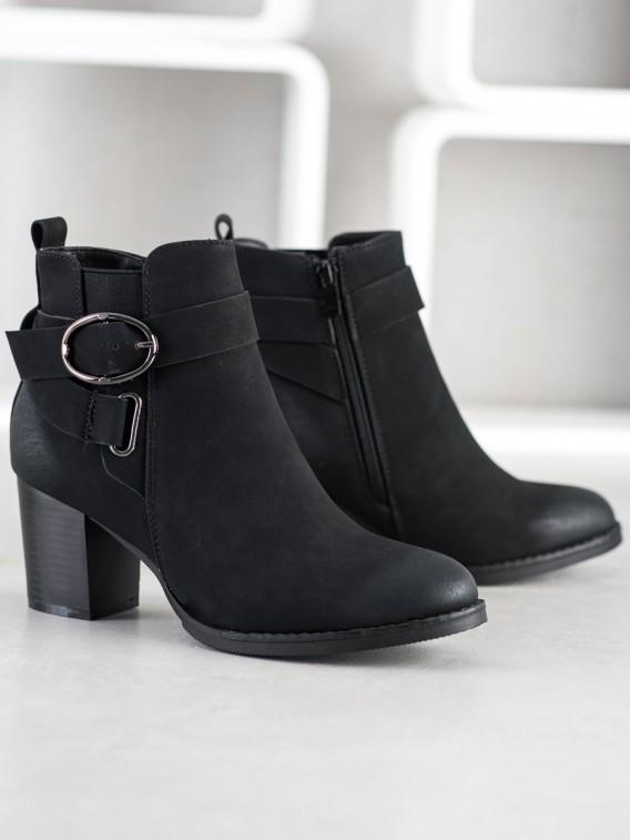 Neformálne členkové topánky s prackou