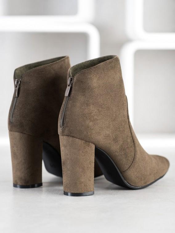 Klasické topánky na stĺpci