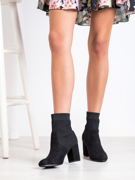 Úzke členkové topánky na stĺpci