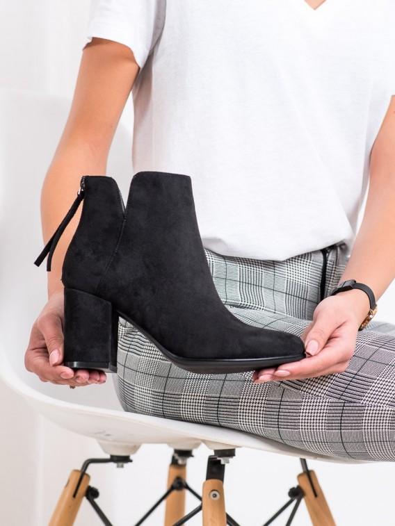Módne členkové topánky na stĺpci