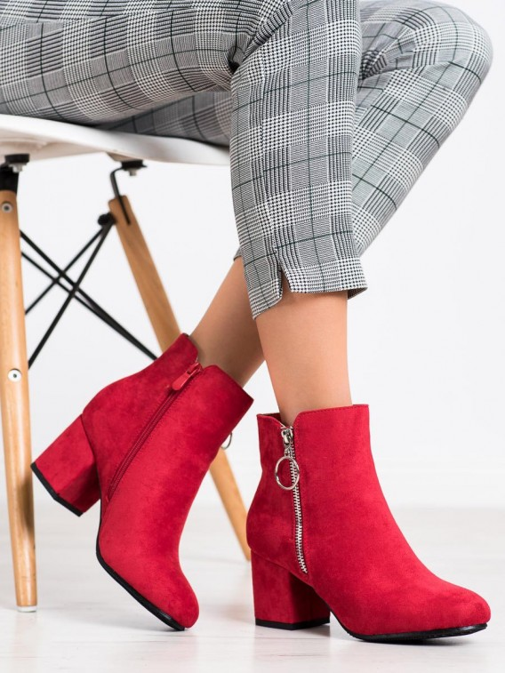 Červené členkové topánky na stĺpci