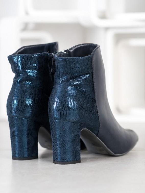 Tmavomodré členkové topánky na stĺpci