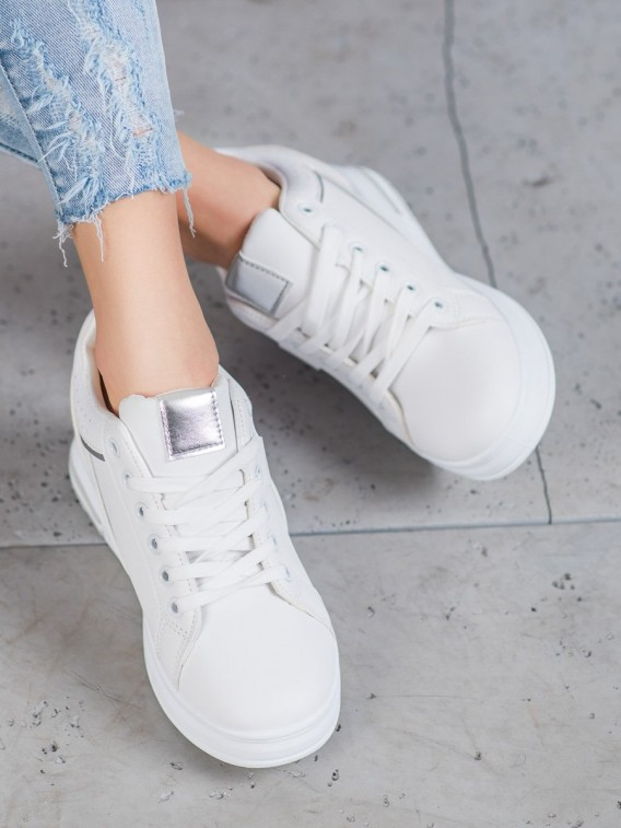 Biele topánky s ukrytými klinom