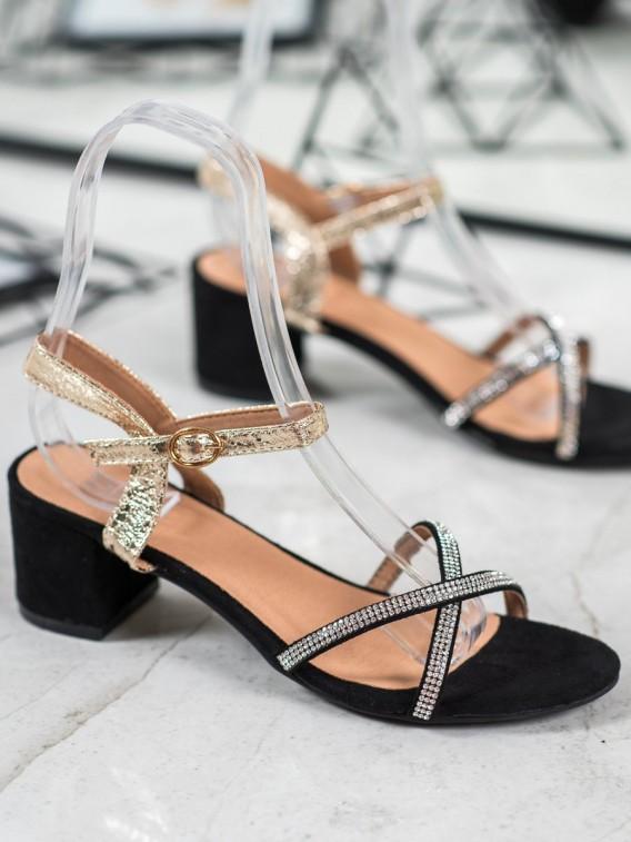 Sandálky na stĺpci s kamienkami