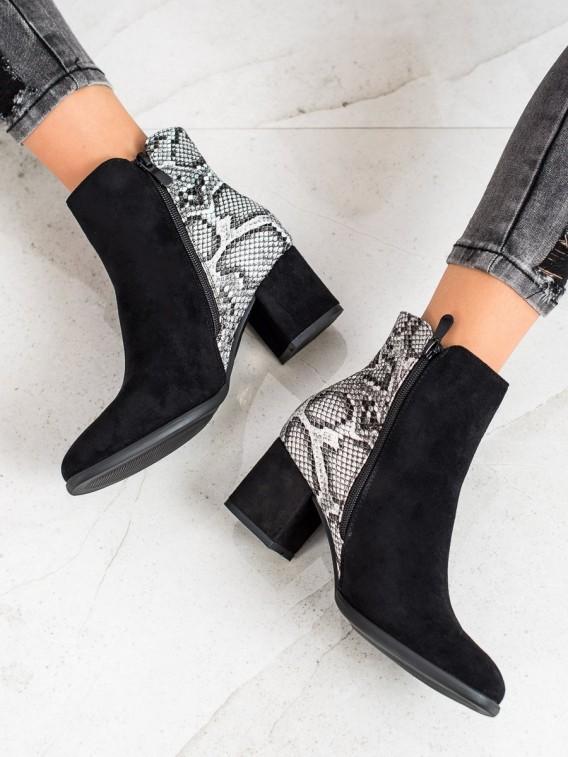 Členkové topánky na stĺpci s hadím vzorom