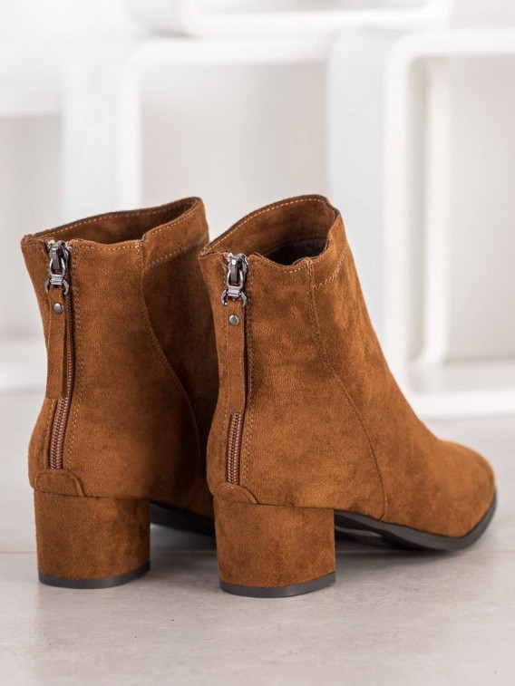 Hnedé členkové topánky na stĺpci