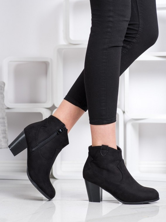 Členkové topánky na stĺpci