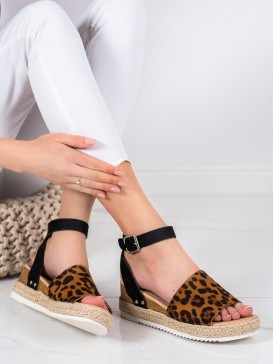 Sandálky na kline s leopradím vzorom