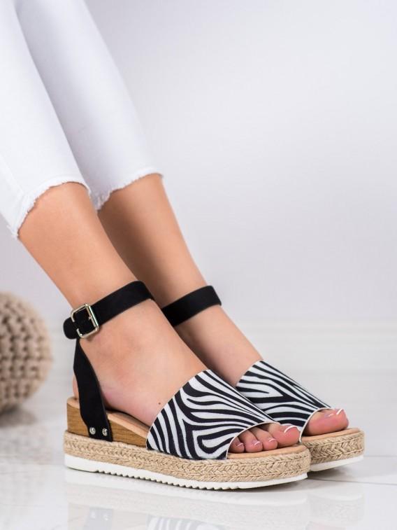 Sandálky na kline so zebrovaným vzorom