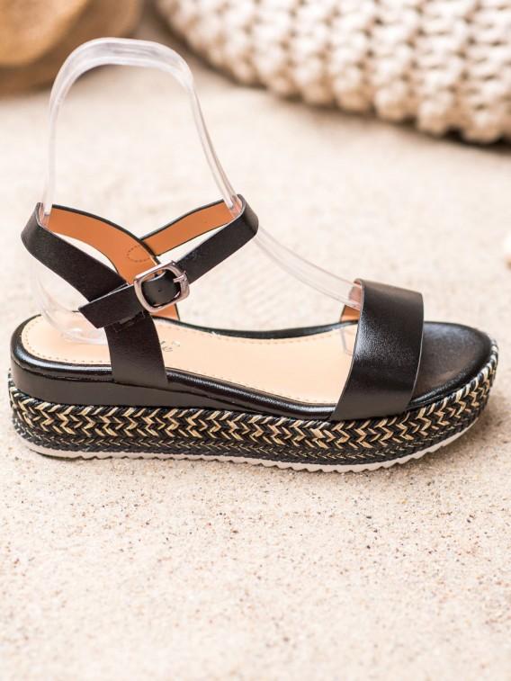 Čierne sandálky s ozdobnou platformou