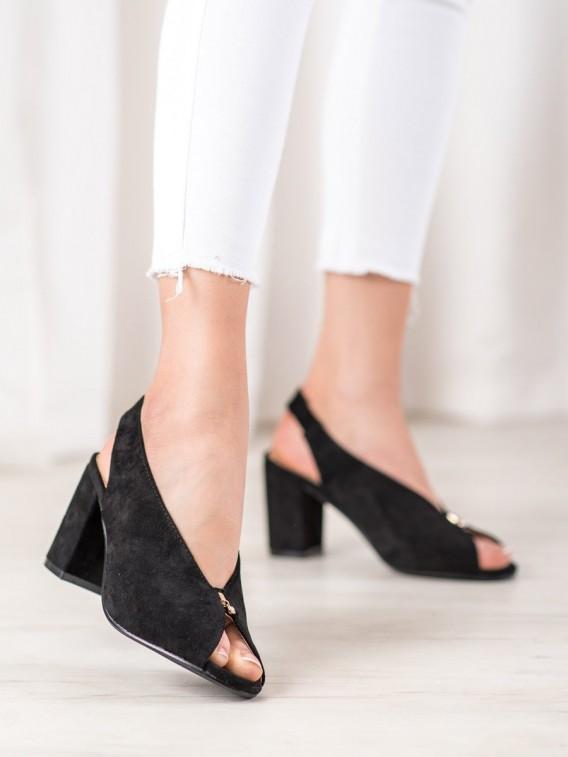 Elegantné topánky na stĺpci