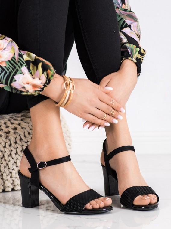 Čierne sandálky so sponou
