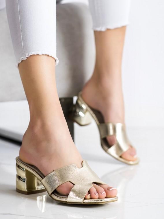 Zlaté šľapky s ozdobným podpätkom