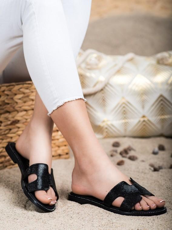 Čierne šľapky s kamienkami