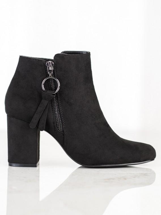 Klasické semišové topánky na stĺpci