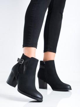 Topánky na stĺpci s ozdobnou prackou
